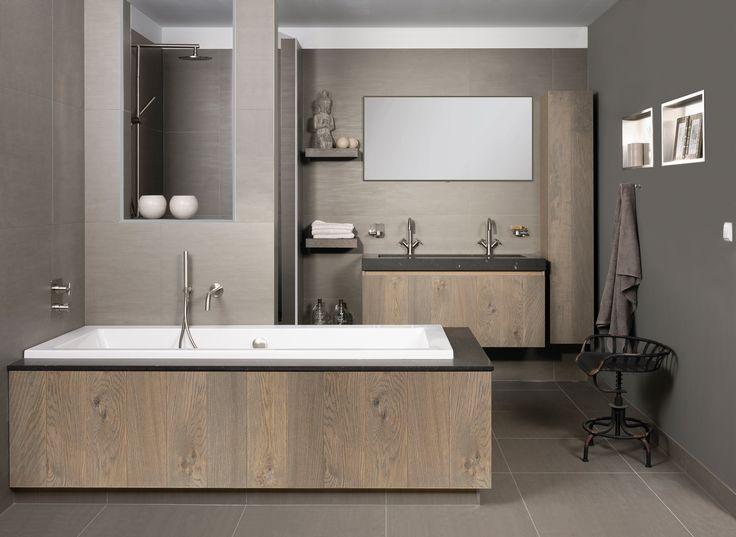 Badkamer Lana is landelijk en puur dankzij de houtpanelen. Ideaal in de ochtendspits: de extra breda wastafel met dubbele kranen en een brede spiegel erboven. In plaats van een muur van vloer tot plafond, is de douche afgescheiden door een wand met een nis. Dat zorgt voor ruimtelijkheid en een betere lichtval. De panelen rond het bad en op de badkamermeubel Forest zijn in massief hout en fineer verkrijgbaar.