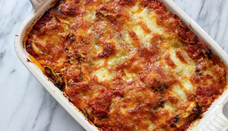 Deze ravioli uit de oven met mozzarella en Parmezaanse kaas is super easy en een ideaal…