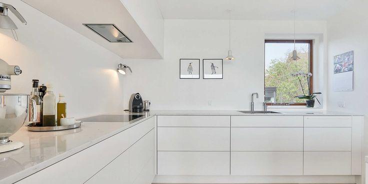 Enkelt, vitt kök i ett minimalistiskt hem   Exempel
