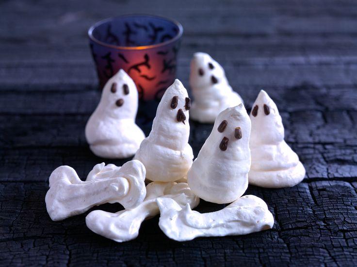 Nämä hurmaavat haamut haahuilevat kahvipöytään huhuillen herkkunälkäisten perään... Huu! #halloween #leivonta #kummitus #marenki