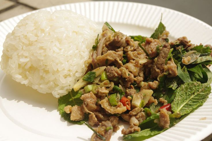 「ごはんは食べましたか?」という言葉は、ラオス人の親しみを込めた挨拶なのだと伊藤さん。「日本人が『元気ですか?』と聞くのと同じ。食べてなければもてなす。たくさん食べて満足して帰ってもらいたい、というのがラオス人の気持ちなんです」と久永さんも言う。- NATIONAL GEOGRAPHIC | ラオス料理は幸福のおすそ分け
