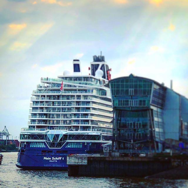 Die Neue Mein Schiff 1 Liegt Am Cruise Center In Altona Vor