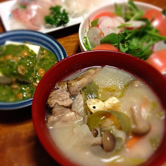 寒い夜はじゃっぱ汁で暖をとる。 - 10件のもぐもぐ - じゃっぱ汁、メカブとなめこ奴、水菜とラディッシュのサラダ、黒ソイ刺身 by raku0dar