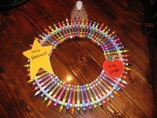 DIY Crayon Wreath: Teacher Gifts, Backtoschool Teacher, Art Teacher, Crayons Wreaths, Gifts Ideas For Fellow Teacher, Crafty Gifts, Crayon Wreaths, Xmas Gifts, Diy Crayons