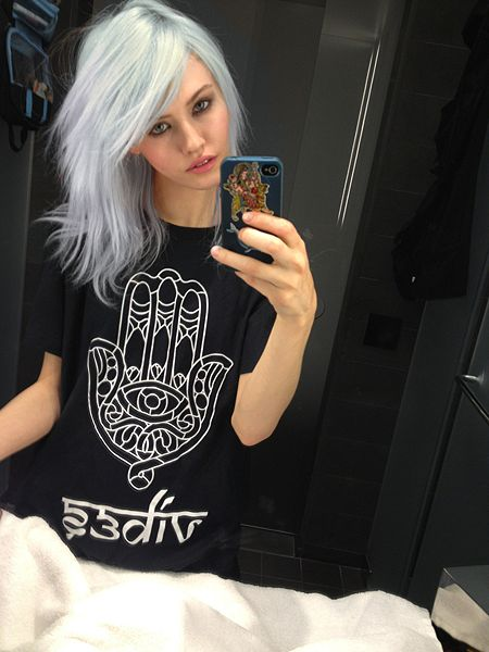 white dyed hair, i like.. now if I could figure how to do that to mine