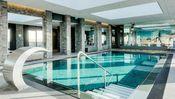Van der Valk Hotel Dordrecht  Description: Van der Valk Hotel Dordrecht biedt luxueuze hotelkamers en suites een stijlvol à la carte restaurant een sfeervol ingerichte hotelbar congres- en eventafdeling van 1500 m2 en en een parkeergarage onder het hotel. Ook beschikt het hotel over een wellness centre waar u als hotelgast dagelijks gratis gebruik van kunt maken tussen 06.00 en 22.30 uur.Het Wellnesscentre is gelegen op de 14e etage en faciliteert een zwembad een ruime fitness en een sauna…
