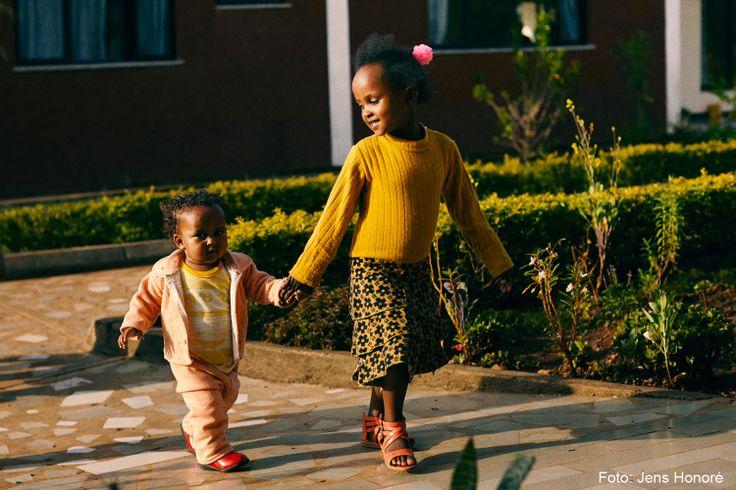 I børnebyen får forældreløse børn nye SOS-søskende, som er i samme situation som dem selv. Relationer, som i de fleste tilfælde holder hele livet. Her går to piger en tur i SOS-børnebyen i Jimma, Etiopien.
