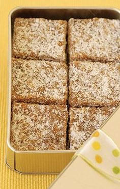 ongeveer 48 koekies 1 l (4 x 250 ml) suiker 187 ml (3/4 k) melk 125 g (½ blok) botter 250 g (1 pakkie) dadels, fyn gekap 250 ml (1 k) klapper 60 ml (4 e) gouestroop knypie sout 5 ml (1 t) vanielje 1 eier 625 ml (2½ k) pofrys (Rice Krispies) 500 ml (2 k) ekstra klapper 1. Plaas suiker, melk, botter en dadels in kastrol. Verhit tot kookpunt en roer gereeld. 2. Laat 10 min. kook. Roer dikwels. 3. Roer klapper, gouestroop, sout en vanielje by. Laat nog 5 min kook. 4. Verwyder kastrol van hit...