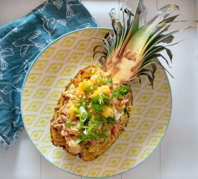Dit recept voor Oosterse gebakken rijst met ananas en kip is makkelijk te maken, maar ziet er spectaculair uit. Haal de zomerse sferen in huis! - Tante Pollewop
