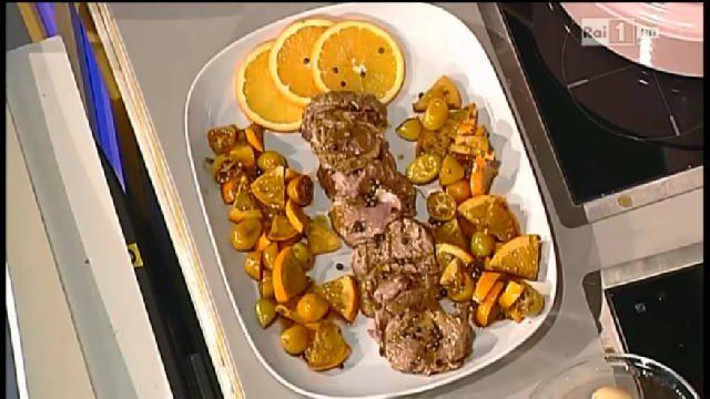 Ingredienti:1 filetto di maiale3 scalogni3 arance non trattatesenape 1 bicchiere di Marsala secco1 cucchiaio di amido di maispepe verde in salamoia300 g di qumquait timo fresco e alloro500 g di patatine novelleMettere a marinare il filetto legato con olio, sale e pepe un po' di succo, qualche scorza e un cucchiaino di senape. Lasciarcela un paio di ore. Ricavare le scorze da due arance, il succo dai due e la terza farla a fette. Sbollentare i qumquait. Prendere le patate novelle, pulirle e…