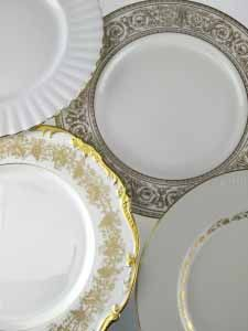 Mismatch gold and white starter plate, sizes may varies, diameter varies between 19cm and 22cm    (Excluding VAT)