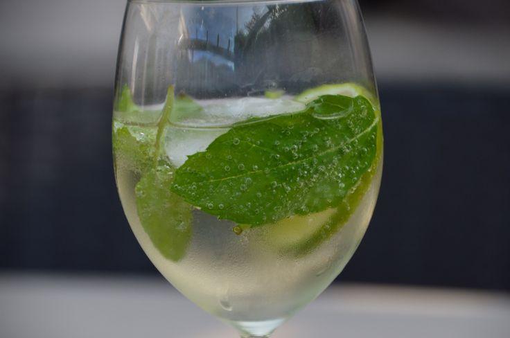 Heerlijk glas koude HUGO met blaadjes munt en limoenschijfje. Echt heerlijk met warme dagen. Hugo, munt en limoen van Lidl.