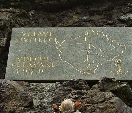 Památník řece Vltavě -  cestou z Kvildy do Borových Lad, a to na pravém břehu Vltavy pod Holým Vrchem.