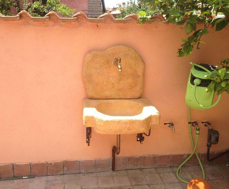 Lavello da giardino Anterselva, finitura: pietre del borgo. Località: Roma.