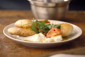 Salade de tomates rôties avec labneh et croustilles de pita | Saveur.ca