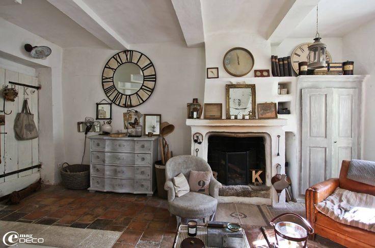 Светлые стены, потертая мебель и много-много всяких штучек - что еще нужно для обаятельного домашнего интерьера в стиле прованс! Фото – Laëtitia & Philippe Rissetto