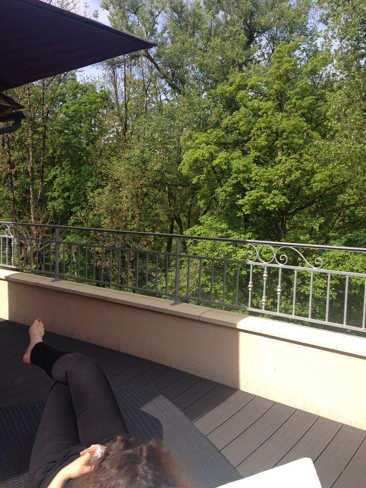 Profitez d'un bain de soleil sur la terrasse de la chambre 23 de l'Hôtel Les 2 Rives en Lozère. #détente hôtel les 2 rives #séjour détente lozère