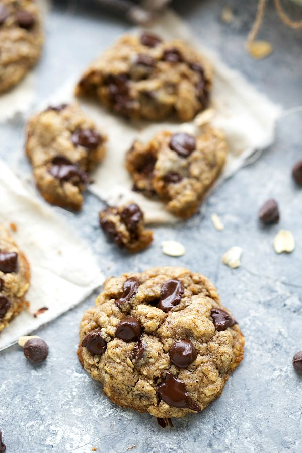 The BEST healthy oatmeal chocolate-chip cookies