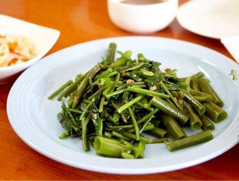 タイ語でブン、 インドネシア語でカンクン、 ベトナム語でザウムォン、 中国語でエンツァイ、 ウチナーグチでエンサイ、 日本語で空芯菜  空芯菜など青菜の炒めものがどうしても水っぽくベシャッとなってしまう方、 水っぽくならないしゃっきり炒めを作るコツは、 炒める前に青菜を冷水に浸してパリッとさせておくことと、葉と茎は別々に炒めること