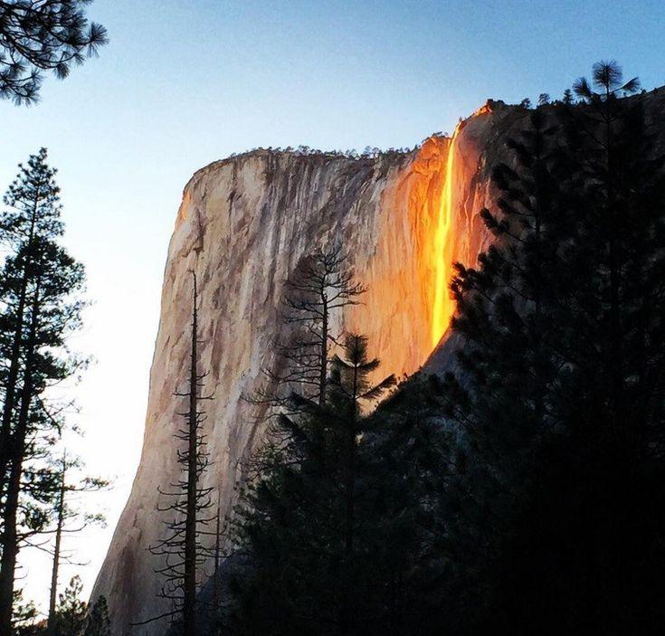 """Você pode estar pensando alguma coisa, mas...está enganado. Parece lava escorrendo por um desfiladeiro no Parque Nacional de Yosemite, na Califórnia (EUA). Só parece. A verdade é que este fenômeno luminoso, que acontece todo ano, é chamado de """"queda de fogo"""", e ocorre quando os raios de sol atinge a queda d'água em algum determinado ângulo."""