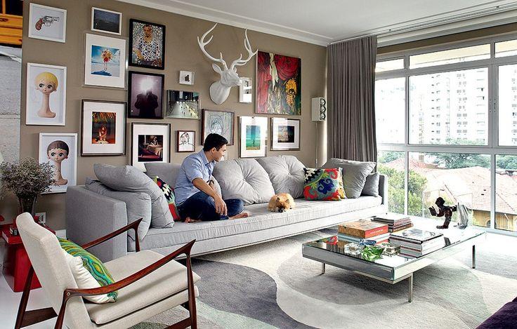 Tons de cinza e bege colorem a sala de estar do empresário André Almada. Na parede, a coleção de arte faz bonito e tem, inclusive, uma cabeça de alce branca. Apartamento reformado e decorado pelo arquiteto Nelson Kabarite