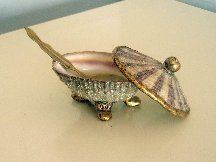 Conchita salsero, realizada con conchas de macha y de loco e incrustaciones de masilla terminación símil bronce en patas, tomador y borde.