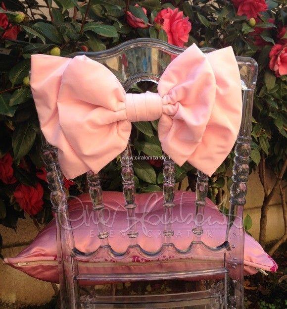 fiocco rosa su sedia