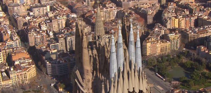 La Sagrada Familia es el mayor icono de Barcelona, con millones de visitas al año e ingresos astronómicos. El pasado fin de semana coincidiendo con la festividad de la Mercè se vivió una jornada de puertas abiertas a la que asistieron 33.600 personas de forma gratuita. Una de sus mayores atracciones es su gran nave central, que ya se encuentra en funcionamiento, aunque todavía queda mucho por hacer en el exterior.