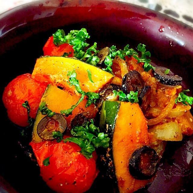 炒めた具材にめんつゆ、マヨネーズ、そしてナツメグ、ガラムマサラ、胡椒で炒めました。  覚めても美味しいので今度は、お弁当に入れようと思います٩(ˊᗜˋ*)و - 95件のもぐもぐ - かぼちゃ、トマト、玉ねぎのマヨつゆスパイス炒め! by tinatomo