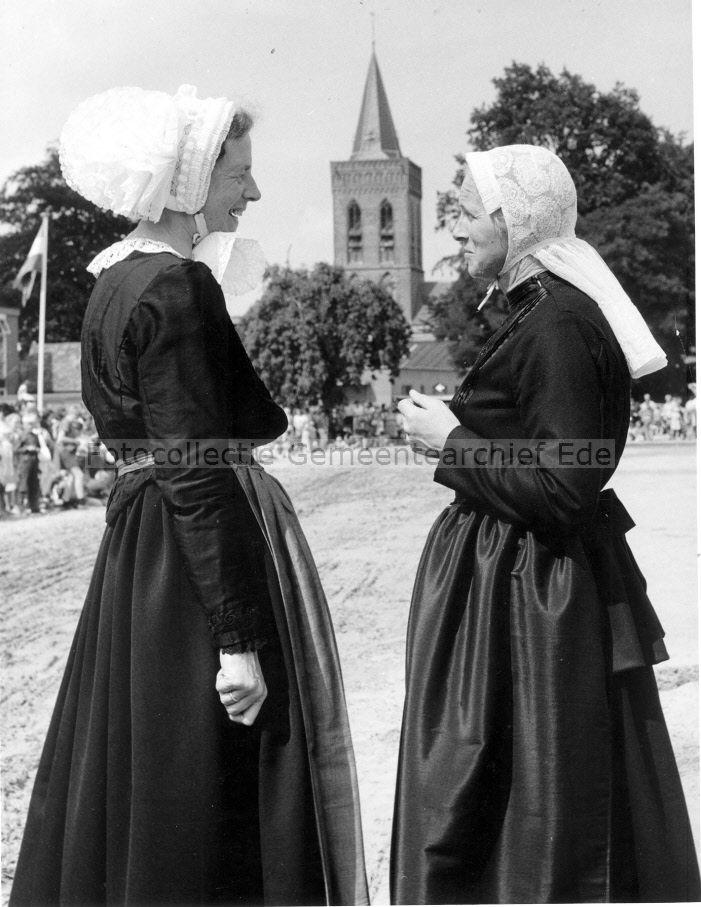 Twee vrouwen in Oud Veluwse klederdracht. Datering: 30/7/1968 Collecties: Collectie Arie Nijhof Gemeente Ede #Gelderland #Veluwe