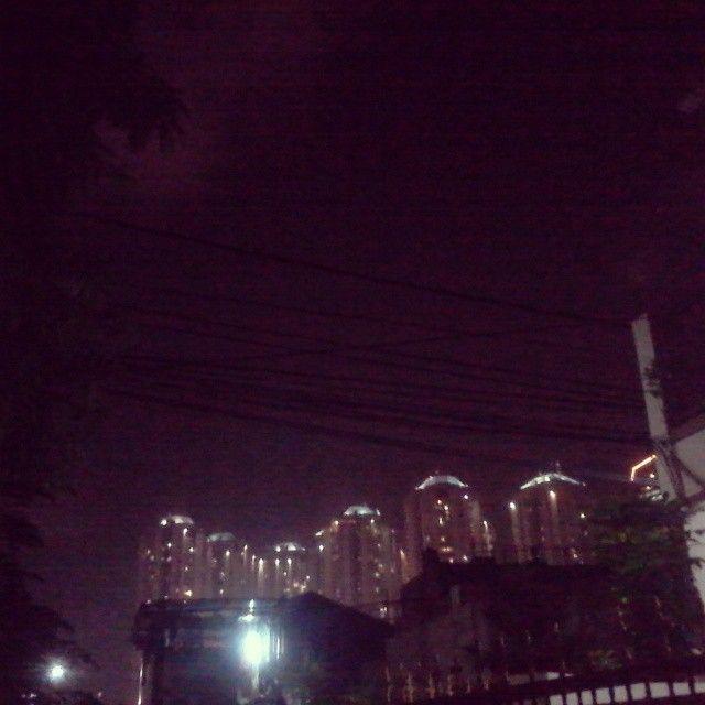 Dari kejauhan terlihat bintik-bintik kecil menyala. Bintik-bintik itu adalah gedung-gedung pencakar langit yang ada di Jakarta. . . . #iseng #potretmalam #jalanmalam #olahragamalam #gelap #terang #explorejakarta by windiagustina_