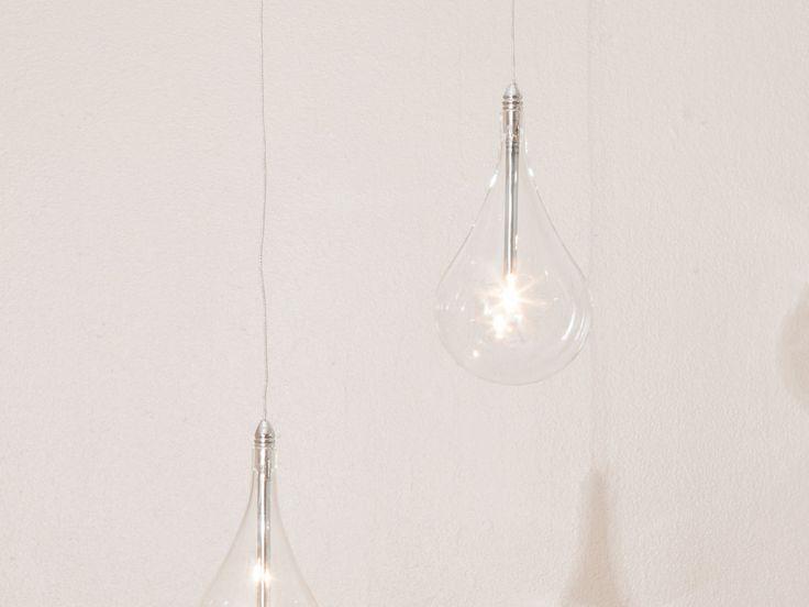 : Suspension forme goutte d'eau Drop Matières : Diffuseur forme goutte d'eau en verre borosilicate transparent Structure en acier chromé Dimensions : Diamètre de 12cm...