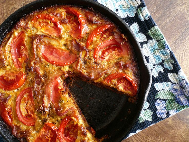 Quiche: tomaat, zongedroogd tomaat, courgette, ei, ui en iets van vlees/ ham/ gehakt?