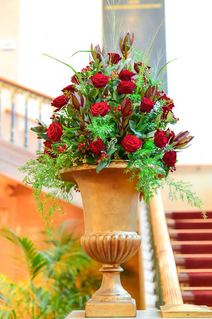 bezauberndes gesteck mit roten rosen / adorable arrangement with red roses. blumenkultur