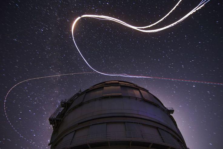 El Roque de los Muchachos, en La Palma, está ubicado bajo uno de los cielos más limpios del hemisferio norte. Los frecuentes mares de nubes que alfombran la panorámica desde este rocoso pico, el más alto de la isla, con 2.426 metros, aíslan su cumbre de cualquier contaminación lumínica. Aquí se encuentra el observatorio astronómico con el mayor telescopio óptico del mundo, que se puede visitar (www.starsislandlapalma.es), un destino que desde 2012 forma parte de las reservas Starlight…