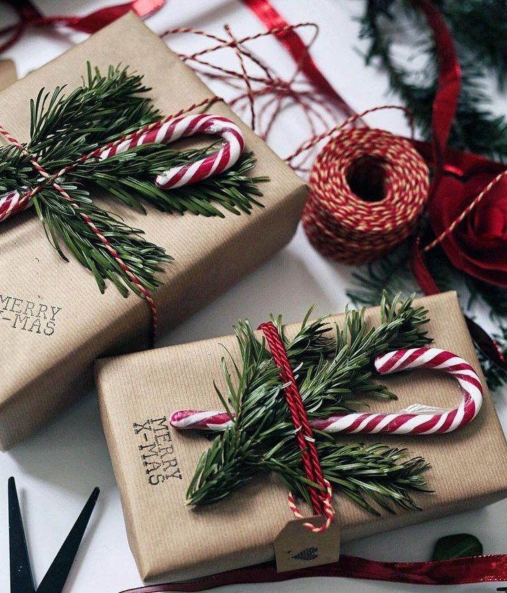 Fügen Sie ein bisschen Laub und eine Zuckerstange zu jedem Geschenk hinzu, um Freunde und … – Christmas