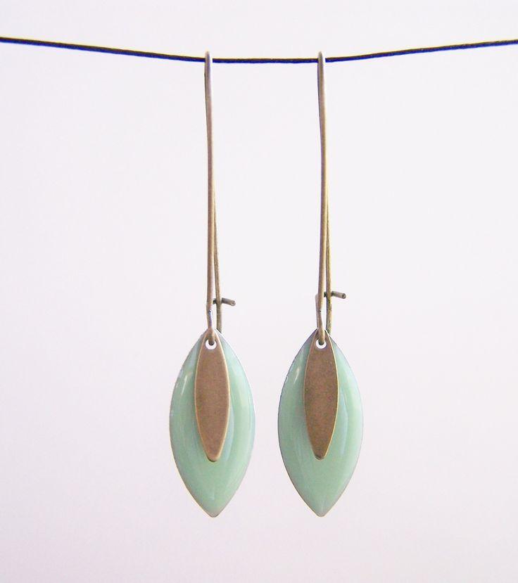 Boucles d'oreilles sequin émaillé vert menthe : Boucles d'oreille par les-bijoux-de-circe