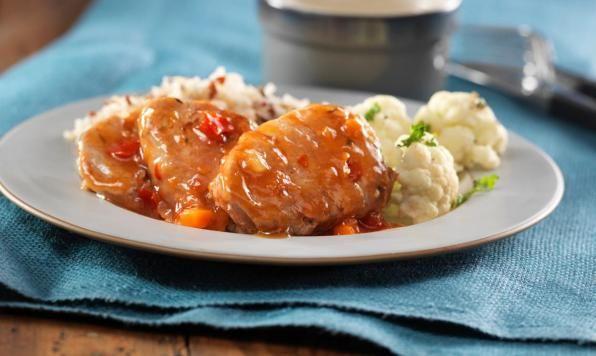 Des médaillons de porc frais marinés dans un mélange odorant de romarin, d'ail, de citron et de sucre. Laisser mijoter doucement et napper de la sauce aigre-douce Olivieri.