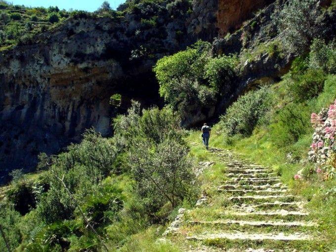 Subiendo parte de los 6.800 escalones del Barranc. Fuente: ##http://www.escapadarural.com/casa-rural/alicante/camping----bungalows-vall-de-laguar/fotos#p=0000000179338##Camping Bungalows Vall de Laguar##
