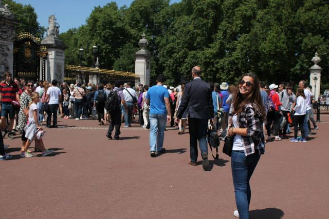 London (Buckingham Palace; Changing of the Guards)