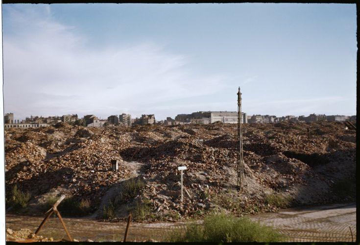 Ruiny getta wykonane z przedwojennego skrzyżowania ulic Gęsiej i Zamenhofa w kierunku południowym. Na drugim planie widoczny kościół Narodzenia NMP oraz gmach Sądów Grodzkich przy ulicy Leszno (obecnie aleja Solidarności). fot. Henry N. Cobb 1947