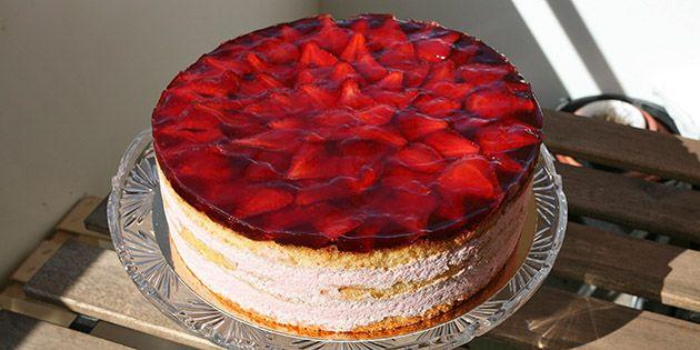 Super opskrift på en virkelig lækker jordbærlagkage fyldt med den skønneste luftige jordbærmousse og toppet med friske jordbær og ribsgele, der både får kagen til at se smuk ud og smage ekstra dejligt.