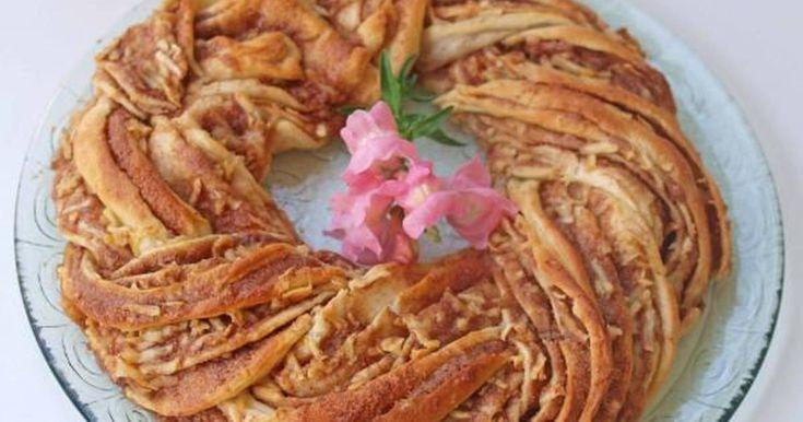 Εξαιρετική συνταγή για Στεφάνι κανέλας με μήλα για τη γιορτή της μητέρας. Ένα νόστιμο δωράκι για να το προσφέρουμε στην μανούλα μαζί με όλη μας την αγάπη! Λίγα μυστικά ακόμα Την συνταγή την βρήκα εδώ