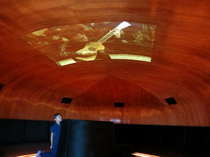 Museo del Violino @museodelviolino Ehi ma c'è anche una chitarra ! #MuseumWeek: #DayInTheLife #museodelviolino