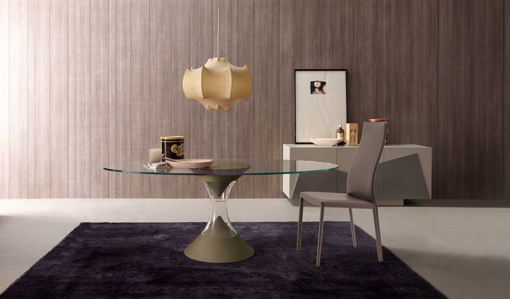 Ha ránézel ezekre az üvegasztalokra, mi tűnik fel rajtuk elsőként? Valószínűleg a homokórát formáló lábuk, mely igazán különlegessé, és titokzatossá teszi őket. Az ellentétes kúpok vákuummal vannak elválasztva egymástól. Egyszerűen lenyűgöző! Olyan ez az asztal, akár egy kifinomult szobor. Modern ovális vagy kerek asztal, melynek középső váza Muranoi fúvott üveg. Nappalid, vagy étkeződ dísze lehet! Tervező: Andrea Lucatello