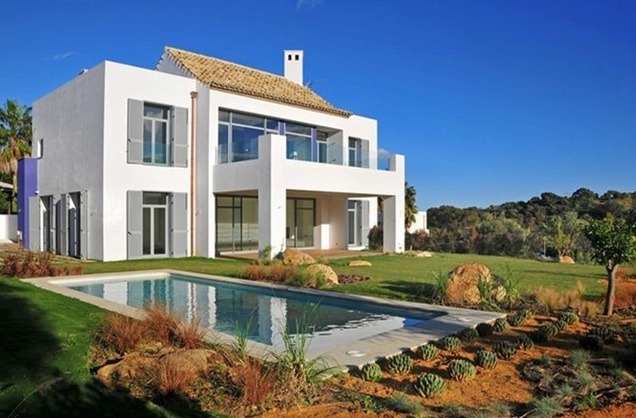 Modern villa for sale in Sotogrande, San Roque. Casa 10 is the villa that answers your every desire. A space that has been elegantly built to let you rest, with a layout that is both sensible and comfortable: 4 in suite bedrooms with their respective bathrooms, a living room, a dining room close to a large and completely furnished kitchen and spacious, air and porches. The house has a gross floor area of 459m2.