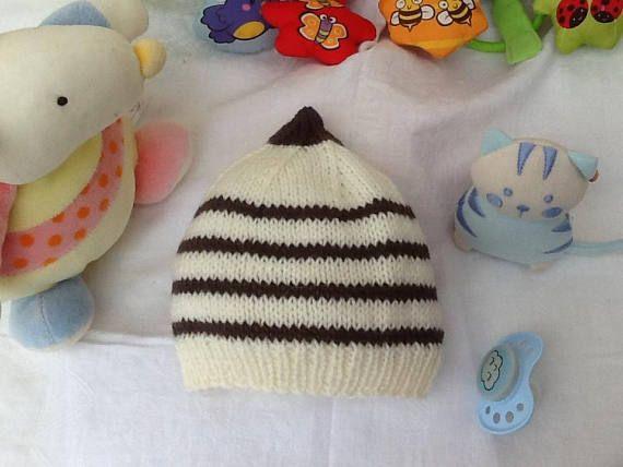 Bonnet bébé tricot écru et marron layette cadeau naissance   Bonnet ... 6ec8ea378f2