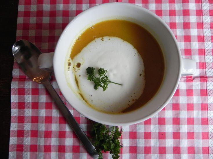 Pittige pompoen soep. Door de pompoen eerst in de oven te bakken wordt hij heerlijk zacht en kun je de soep maken met schil. Lekker koken in je eigen keuken !