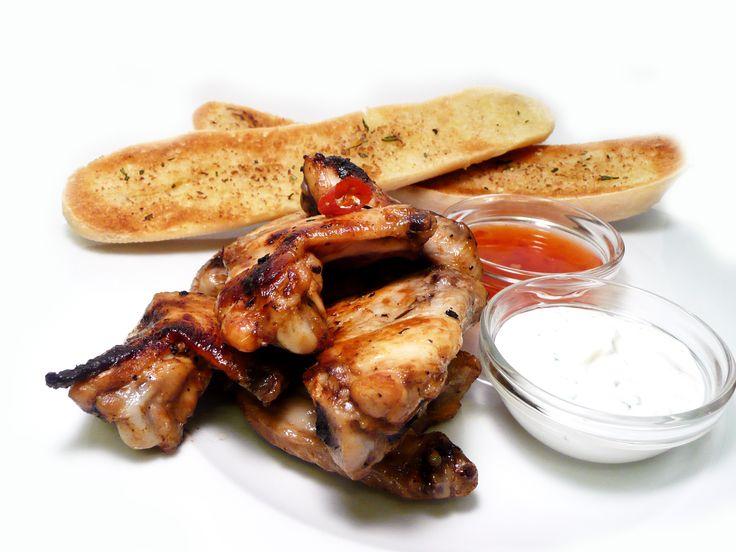 Kuřecí křídla na medu s česnekovo-bylinkovou bagetou, pažitkovým dipem a omáčkou sweet and sour.  #ukastanujarov http://www.ukastanu.cz/jarov