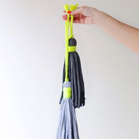Upcycle a old t-shirts into decorative tassels for your home. So easy to make, you just need a pair of scissors and an old shirt.